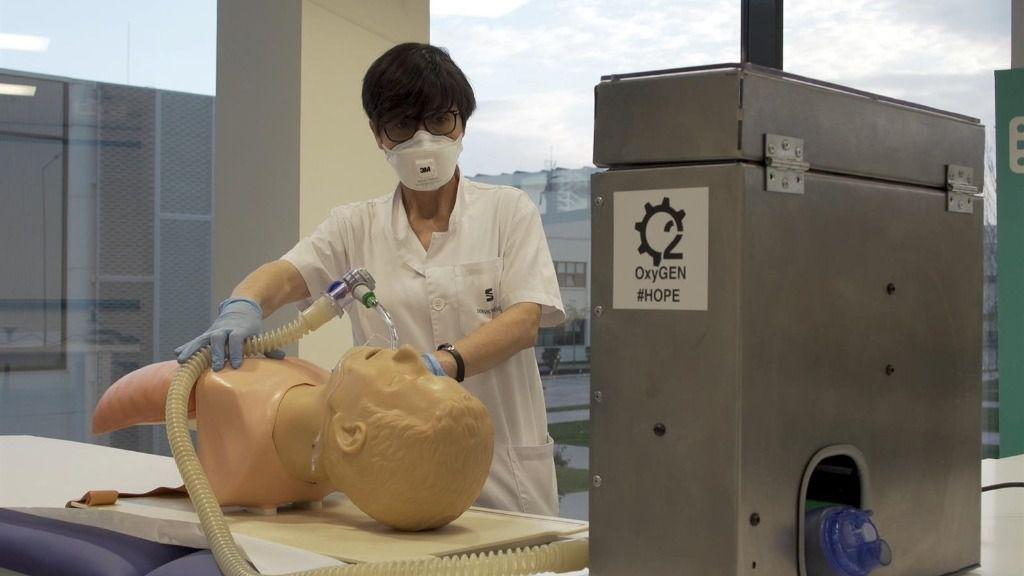 Imagen de una prueba de los respiradores producidos por Seat