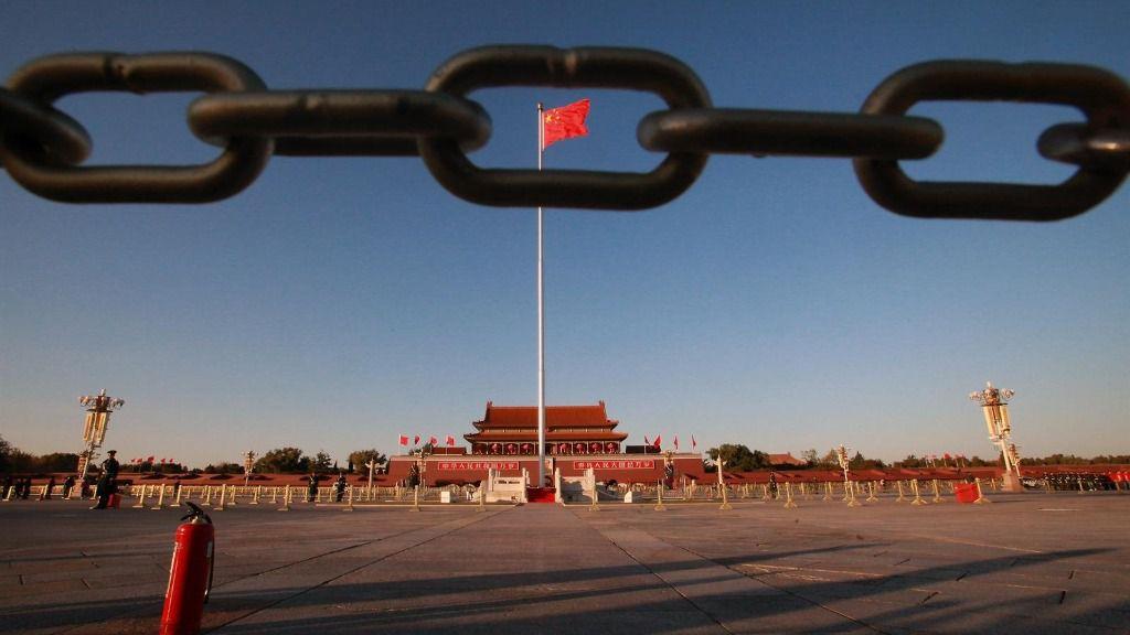 Bandera china ondeando en la plaza de Tiananmen de Pekín