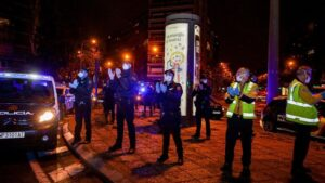 Policías, enfermeros y médicos se unen a los aplausos a los trabajadores sanitarios