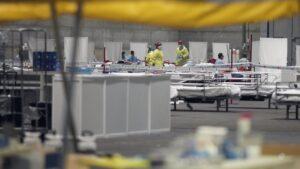 Pacientes contagiados con coronavirus son atendidos en el pabellón 5 de Ifema