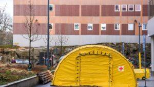 Hospital de campaña junto a un centro médico de Estocolmo