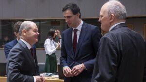 El ministro de Finanzas holandés, Wopke Hoekstra, (en el centro) conversa con su homólogo alemán, Olaf Scholz
