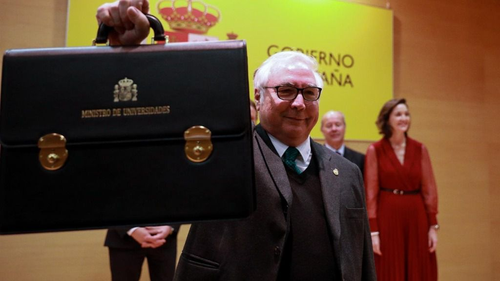 El nuevo ministro de Universidades, Manuel Castells, muestra la cartera de del ministerio de Universidades