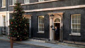 El primer ministro británico, Boris Johnson, saluda en la puerta del número 10 de Downing Street, en Londres, el 13 de diciembre de 2019