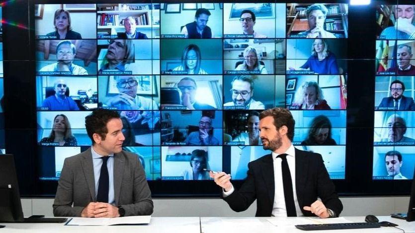 El líder del PP, Pablo Casado, junto al secretario general del partido, Teodoro García Egea, en la reunión telemática con el grupo parlamentario popular