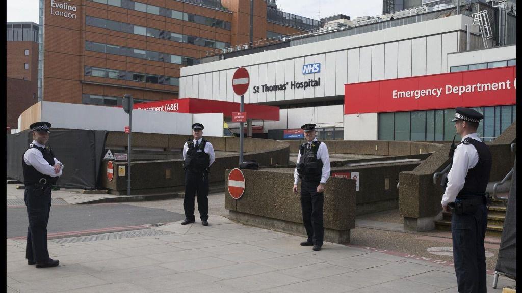 La Policía de Londres junto al Hospital St Thomas en el que se encuentra ingresado Johnson