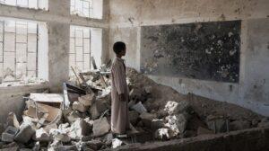 Menor en las ruinas de una escuela bombardeada en Yemen.