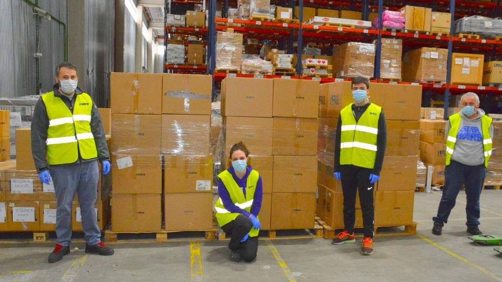 Voluntarios de Indra en la donación de 1.000 tabletas a Cruz Roja para apoyar la formación de menores en situación de vulnerabilidad