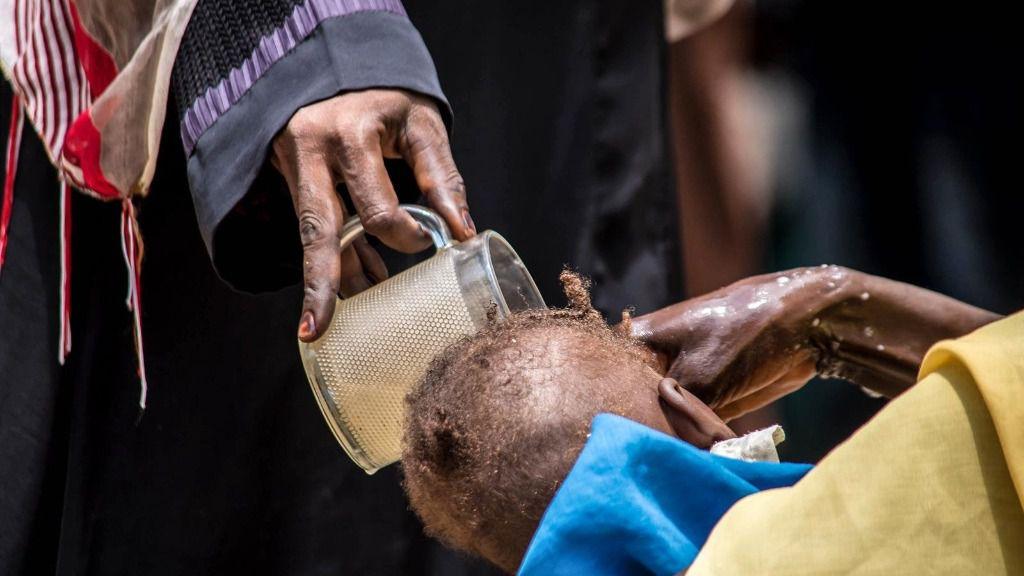 Sudaneses toman medidas de prevención contra el coronavirus en un centro de salud en la capital de Sudán, Jartum