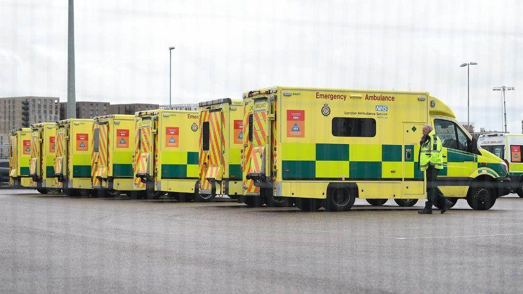 Ambulancias aparcadas en unas instalaciones sanitarias de Londres