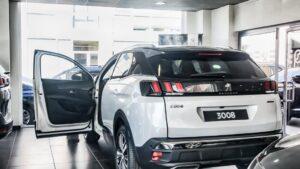 Imagen de un coche, Peugeot 3008, en un concesionario de Madrid.