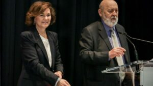 La vicepresidenta del Gobierno, Carmen Calvo, y el director de la Revista Temas, José Félix Tezanos