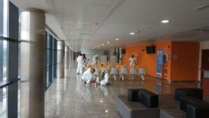 Militares del Ejército de Tierra desinfectan el Hospital Doce de Octubre de Madrid