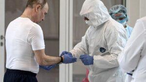 El presidente ruso, Vladimir Putin, junto a un médico con traje de protección