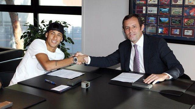 El jugador Neymar con Sandro Rosell firmando el contrato