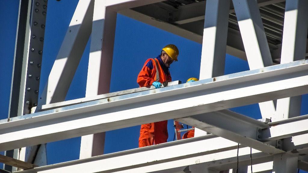 Trabajador obra construccion ladrillo edificio