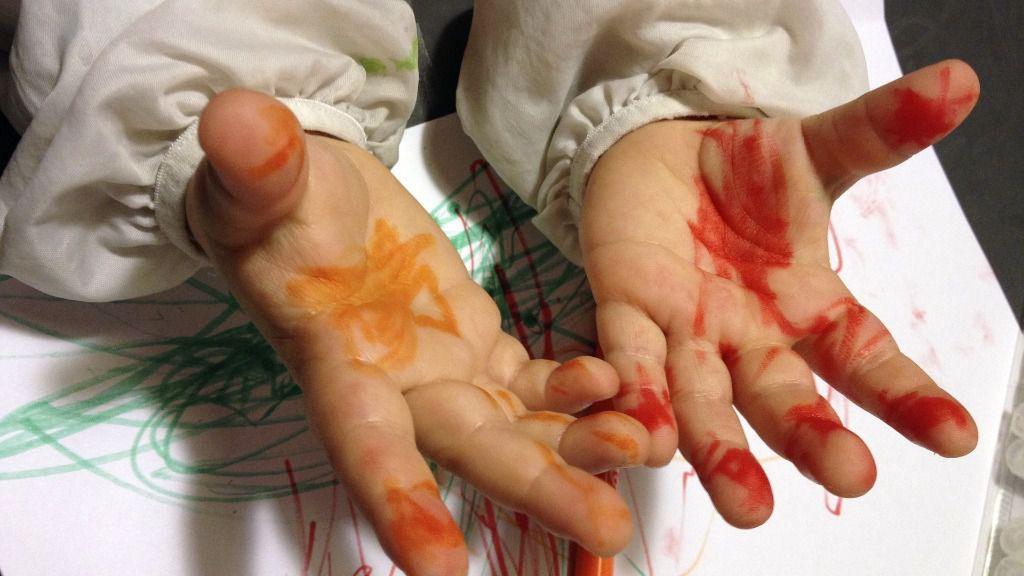 nino manos deberes pintura tareas