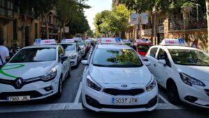 Coches de autoescuela aparcados frente a la Delegación del Gobierno de Catalunya