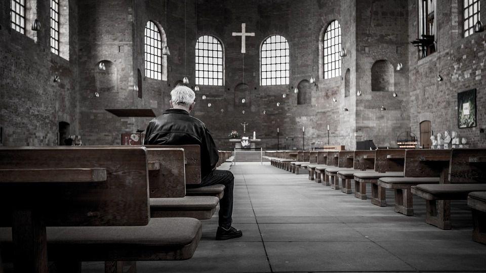 Iglesia religión rezar