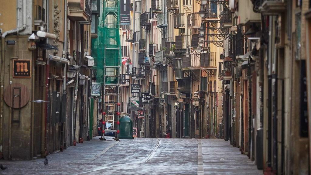 Imágenes de la famosa calle Estafeta, en la que se corren los encierros de San Fermín, totalmente vecía durante el término de la segunda semana de confinamiento del estado de alarma por coronavirus
