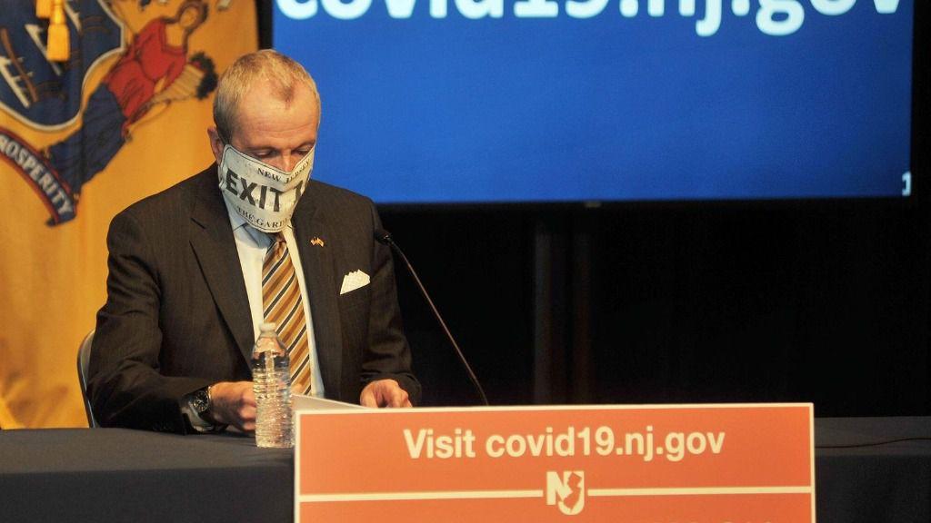 El gobernador de Nueva Jersey, Phil Murphy, con mascarilla