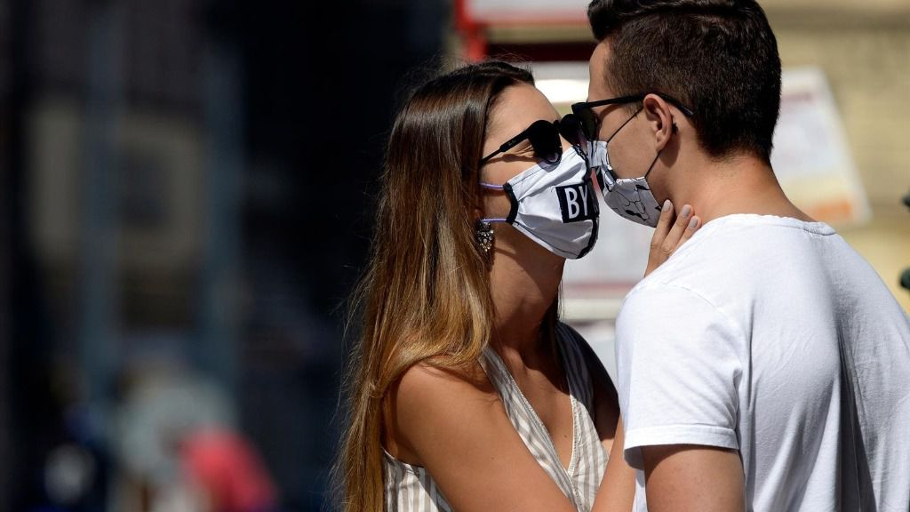 Una pareja con mascarillas en Praga coronavirus
