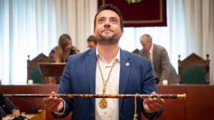 El socialista Álex Pastor al ser investido alcalde de Badalona (Barcelona).
