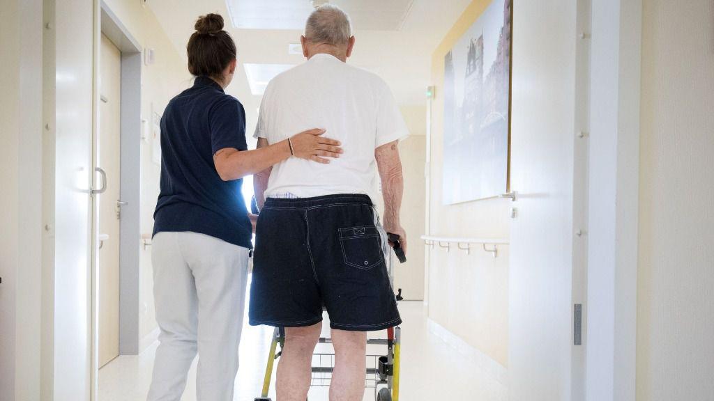 Una enfermera acompaña a un paciente mayor en un hospital de Hamburgo
