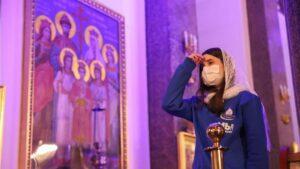 Una mujer con mascarilla en una catedral ortodoxa en San Petersburgo coronavirus