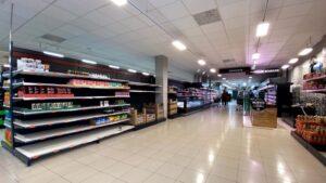 Compradores acuden a supermercados en el segundo día laborable del estado de alarma por el coronavirus, en Madrid (España)