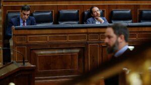 El presidente del Gobierno, Pedro Sánchez y el vicepresidente segundo, Pablo Iglesias, tras el líder de Vox, Santiago Abascal, en el Congreso