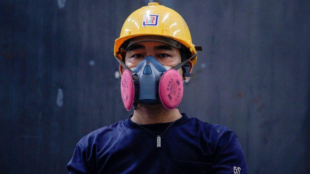 Un empleado de la compañía Jaroonrat, en Bangkok, Tailandia