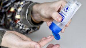 Una persona usa el gel de manos desinfectante