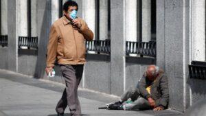 Un hombre con mascarilla pasea por una calle de Madrid durante la crisis del coronavirus a 15 de marzo de 2020.