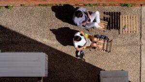 El patio interior de una vivienda es utilizados por estos vecinos para tomar el sol y leer. Sevilla a 29 de marzo del 2020