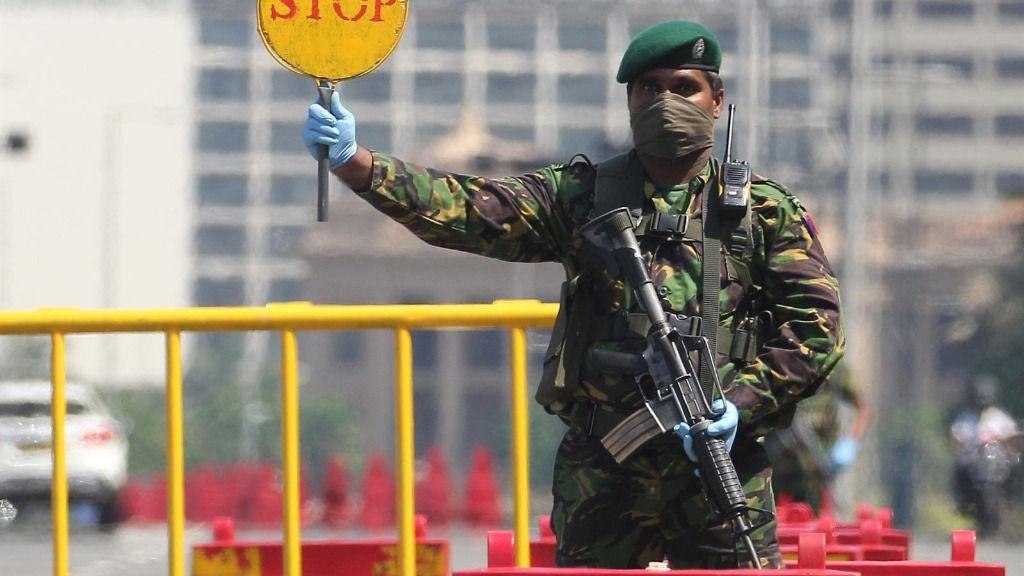 Un policía de Sri Lanka en un puesto de control de la capital, Colombo