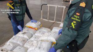 La Guardia Civil incauta 11.000 mascarillas quirúrgicas en el aeropuerto de Gran Canaria