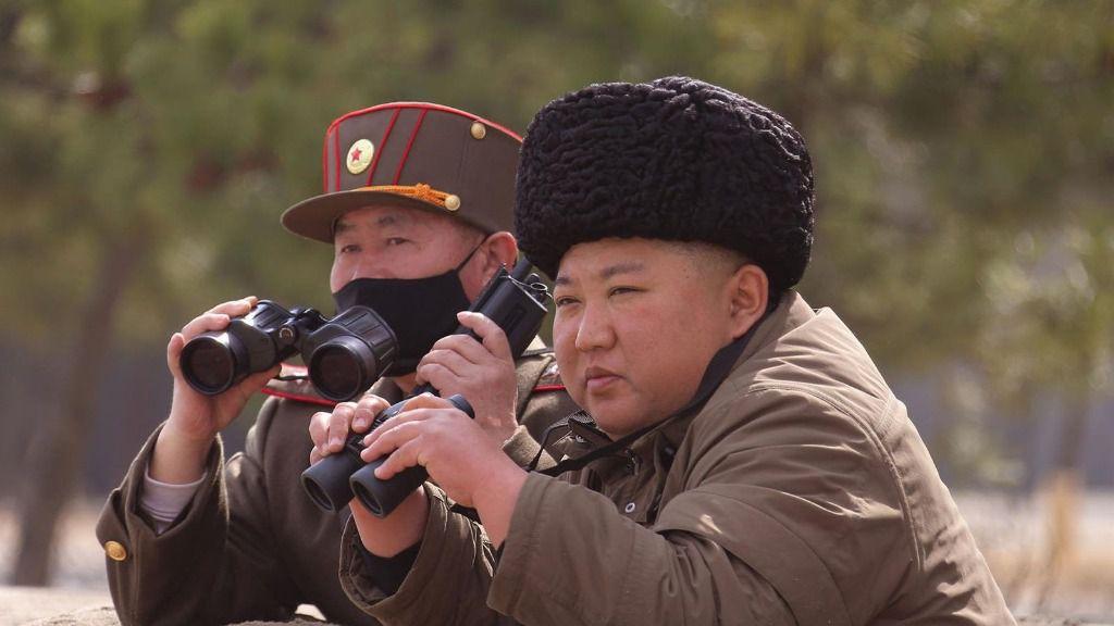 Kim Jong Un supervisando ejercicios militares