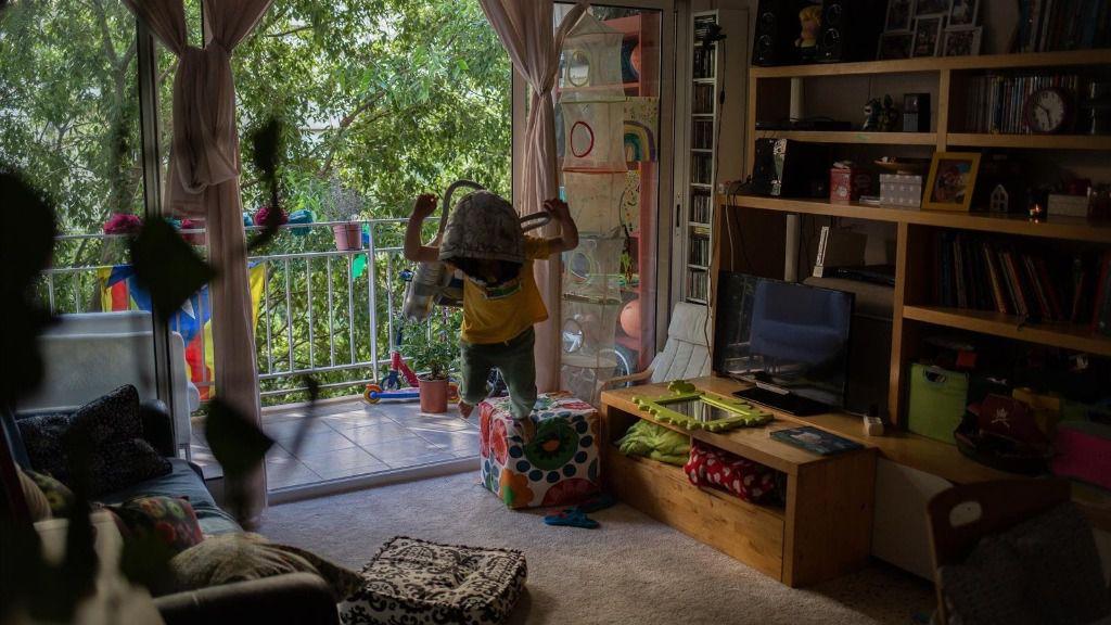 Una niña juega en su domicilio de Barcelona