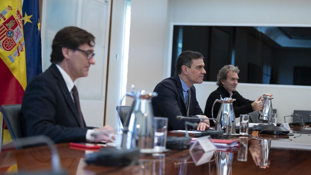 El ministro de Sanidad, Salvador Illa; el presidente del Gobierno, Pedro Sánchez; y el director del Centro de Coordinación de Alertas y Emergencias Sanitarias del Ministerio de Sanidad, Fernando Simón; se reúnen con el Comité Científico del Covid-19