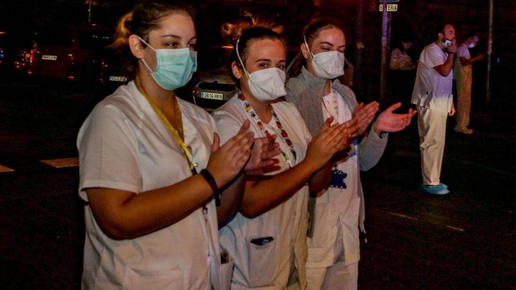 Enfermeros y médicos se unen a los aplausos a los trabajadores sanitarios