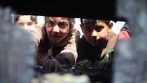 Niños desplazados en un campamento de Idlib (Siria) refugiados