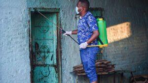 Un ciudadano de Jartum, Sudán, realiza labores de desinfección para evitar que se extienda la pandemia del Covid-19