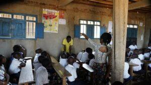 Niños en una escuela de RDC con un cartel sobre el ébola