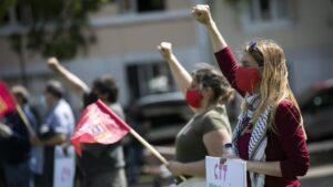 Mujeres durante un acto con motivo del Día del Trabajo en Lisboa