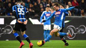 Fabián Ruiz intenta un disparo ante Stefano Sensi durante el Inter-Nápoles