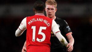 Maitland-Niles y De Bruyne se saludan durante el Arsenal-Manchester City de la Premier 2019-2020