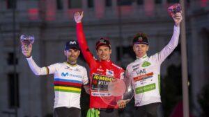 Alejandro Valverde, Primoz Roglic y Tadej Pogacar en el podio final de La Vuelta a España de 2019