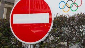 Señal de tráfico delante del Edificio del Comité Organizador de los Juegos Olímpicos y Paralímpicos de Tokyo 2020