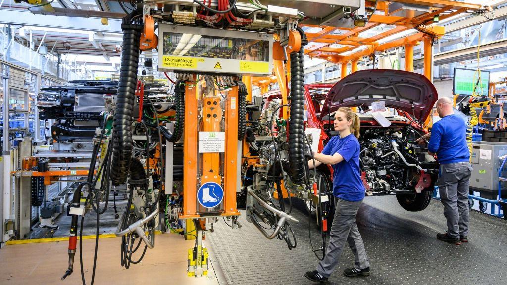 Trabajadores en la fábrica de vehículos industriales de Volkswagen en Hannover